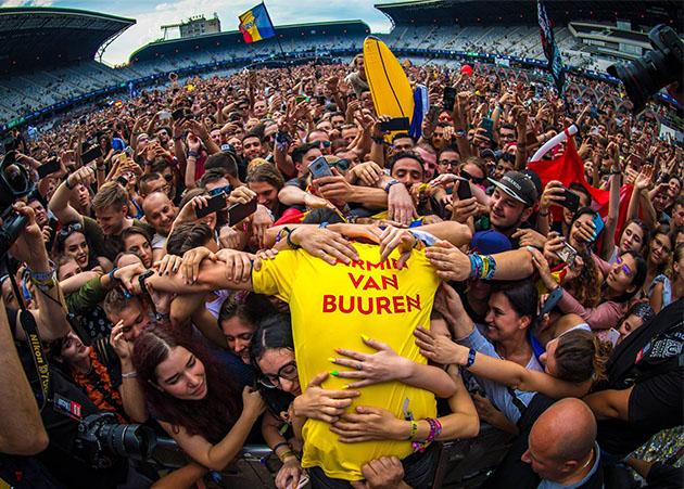 Armin van Buuren se entrega ao público (e às lágrimas) na Romênia