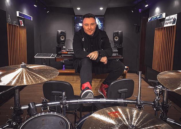 Bry Ortega viraliza interpretando faixas de techno na bateria e recebe convite especial de Adam Beyer